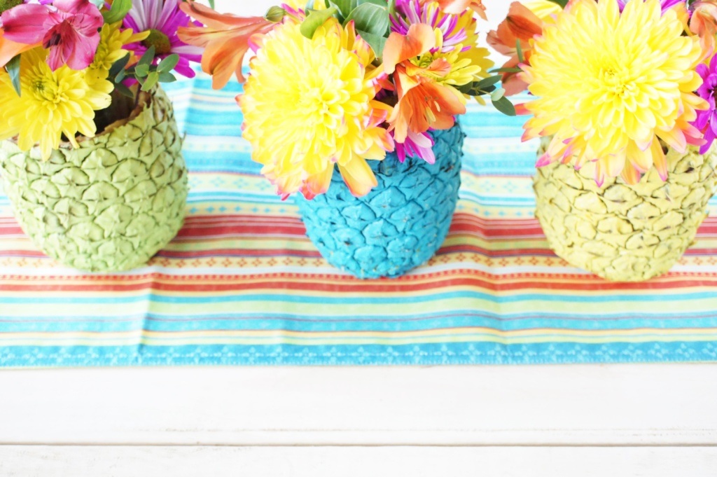 spray painted pineapple centerpieces, spray paint, pineapples, centerpieces, summer, fresh flowers, outdoor, tablescape, entertaining, decorations, bright, colorful,